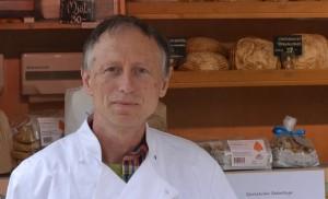 Konstantin framför bröd